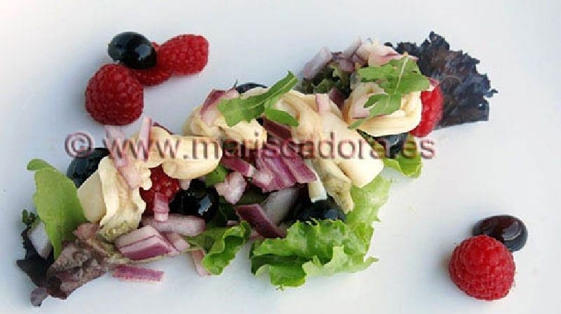 Ensalada de navajas MARISCADORA con ceviche de frutos rojos