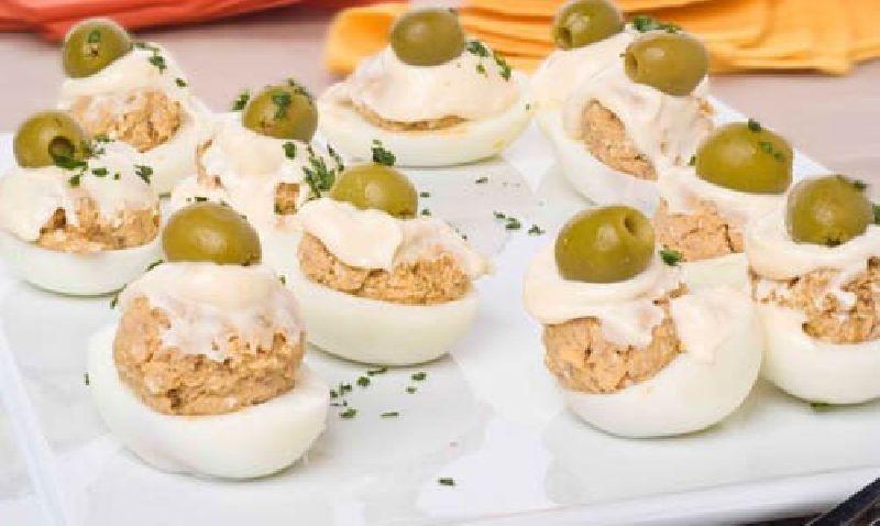 Huevos rellenos de atún MARISCADORA, cebolla y mahonesa